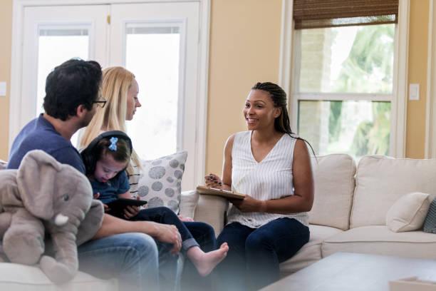 Der Therapeut ist mit den Leistungen des jungen Klienten zufrieden – Foto