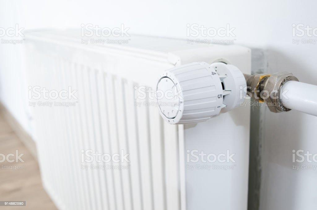 Das Thermostat am Heizkörper, Nahaufnahme – Foto
