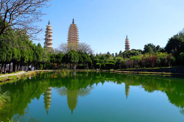 Die Drei Pagoden (San Ta Si), sind umgeben von schönen Gärten, Dali, Yunnan, China – Foto