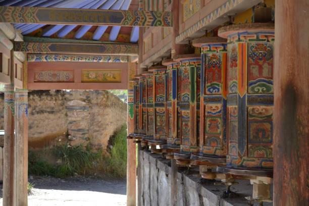 La kora tibetano o peregrinación y ruedas de oración en Xiahe (Labrang), Amdo Tíbet - foto de stock