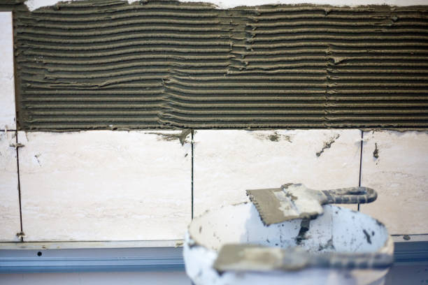 der fliesenleger sind die keramische fliese - fliesenkleber stock-fotos und bilder