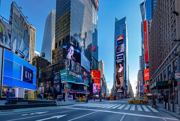 covid-19コロナウイルス危機によって引き起こされる群衆のないタイムズスクエア - corona newyork ストックフォトと画像