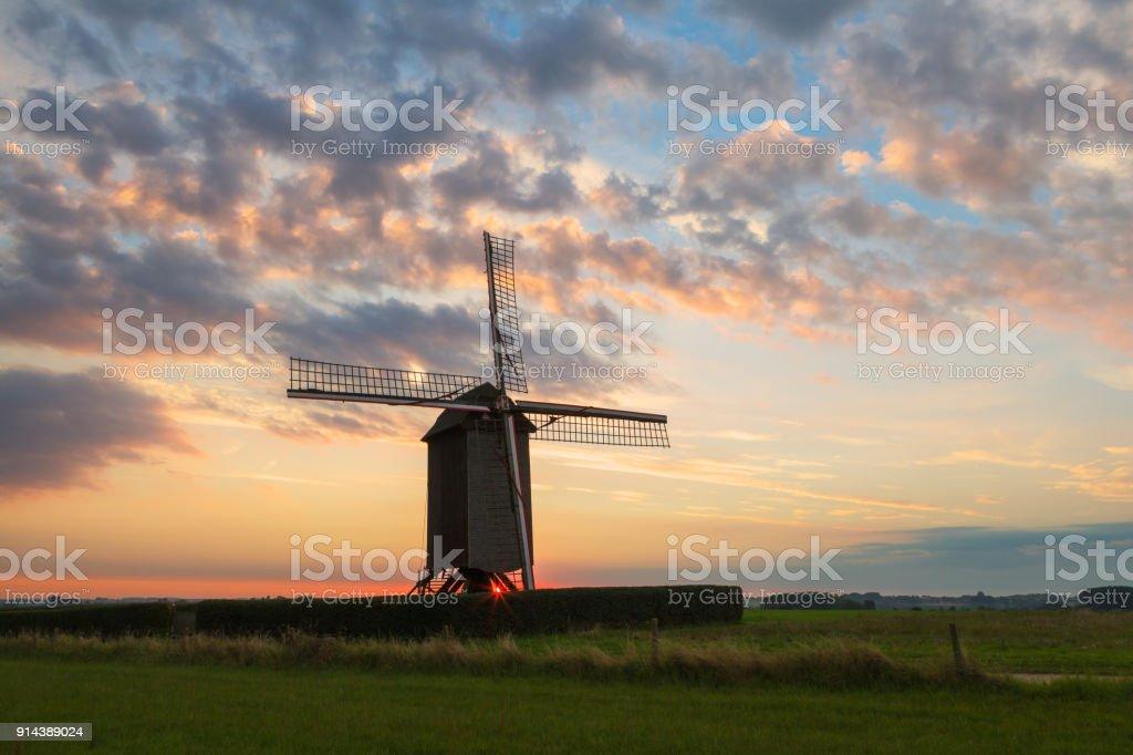 Le moulin de Tissenhove au lever du soleil - Photo
