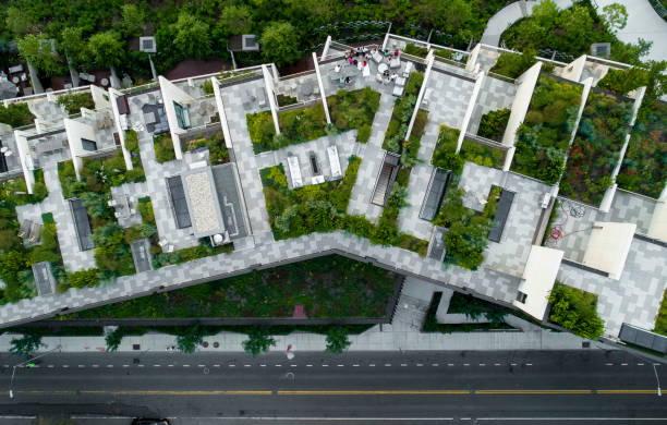 the top directly above view to the modern rooftops with gardens in brooklyn heights, at the waterfront nearby esplanade and brooklyn bridge park - green city imagens e fotografias de stock