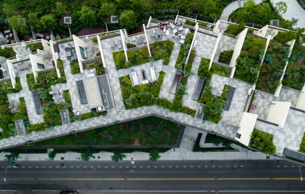de top direct boven het oog op de moderne daken met tuinen in brooklyn heights, aan het water in de buurt van esplanade en brooklyn bridge park - eco stockfoto's en -beelden
