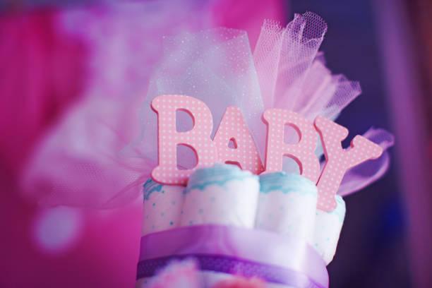 die oberseite des kuchens gemacht von kindern windeln auf baby-dusche-feier. - windel partys stock-fotos und bilder