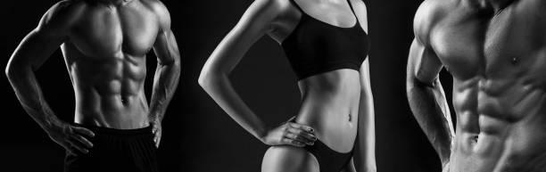 el torso de atractivo cuerpo masculino y femenino sobre fondo negro - torso fotografías e imágenes de stock