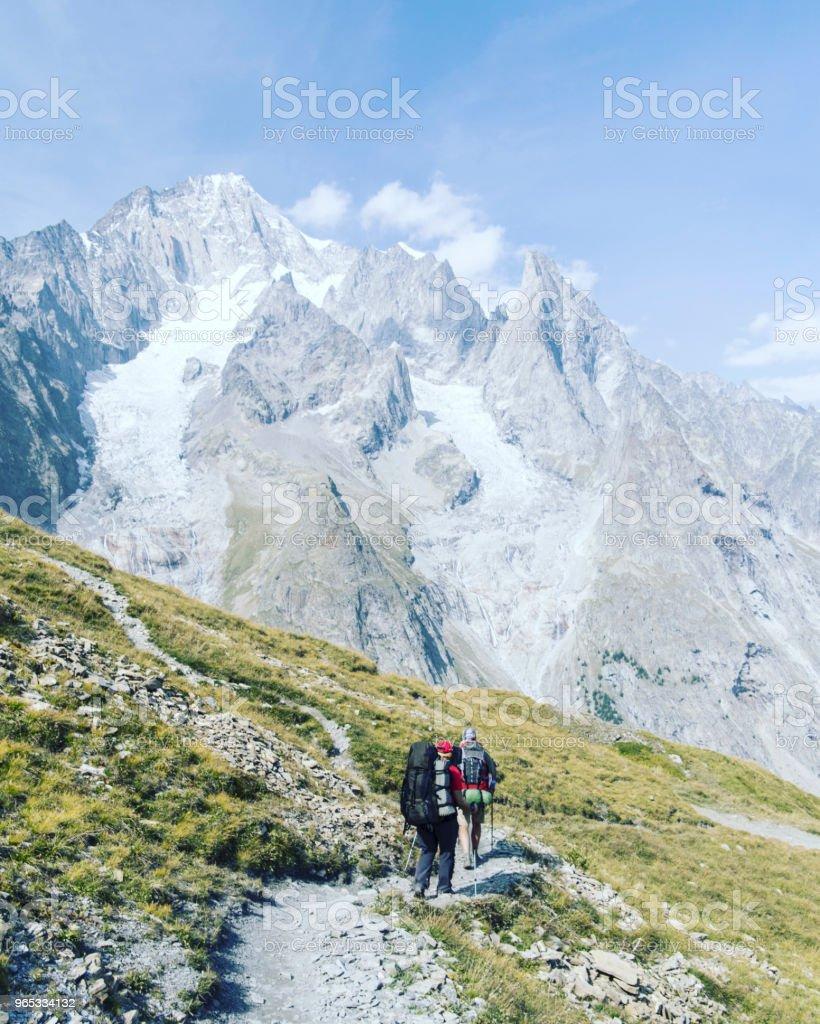 투어 드 몽블랑은 몽블랑 이탈리아, 스위스, 프랑스를 통과 하는 7 그리고 10 일 사이 완료할 수 있는 주위 약 200 킬로미터의 독특한 트랙. - 로열티 프리 2명 스톡 사진
