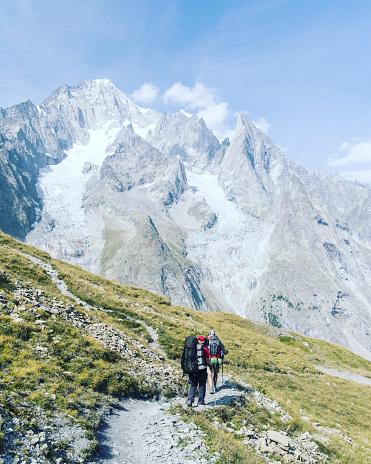 투어 드 몽블랑은 몽블랑 이탈리아 스위스 프랑스를 통과 하는 7 그리고 10 일 사이 완료할 수 있는 주위 약 200 킬로미터의 독특한 트랙 2명에 대한 스톡 사진 및 기타 이미지