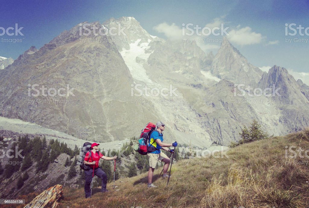 勃朗峰是一個獨特的徒步旅行約200km 左右勃朗峰, 可以完成在7和10天通過義大利, 瑞士和法國。 - 免版稅人圖庫照片