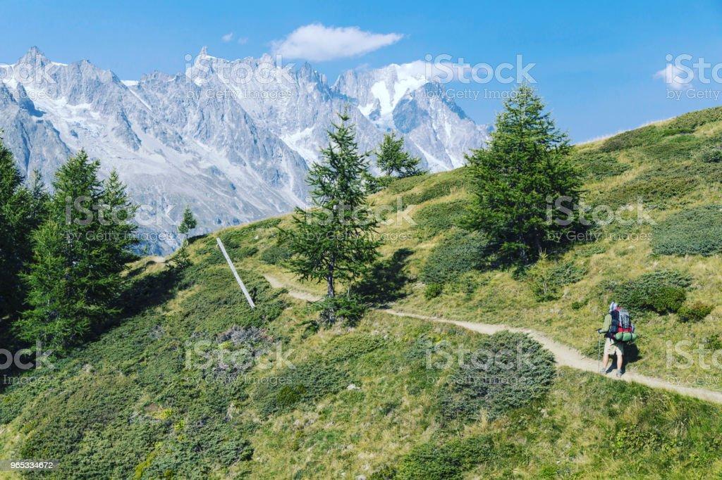 Le Tour du Mont-blanc est une randonnée unique d'environ 200km autour de Mont Blanc qui peut être accomplie entre 7 et 10 jours, en passant par l'Italie, de Suisse et de France. - Photo de Adulte libre de droits