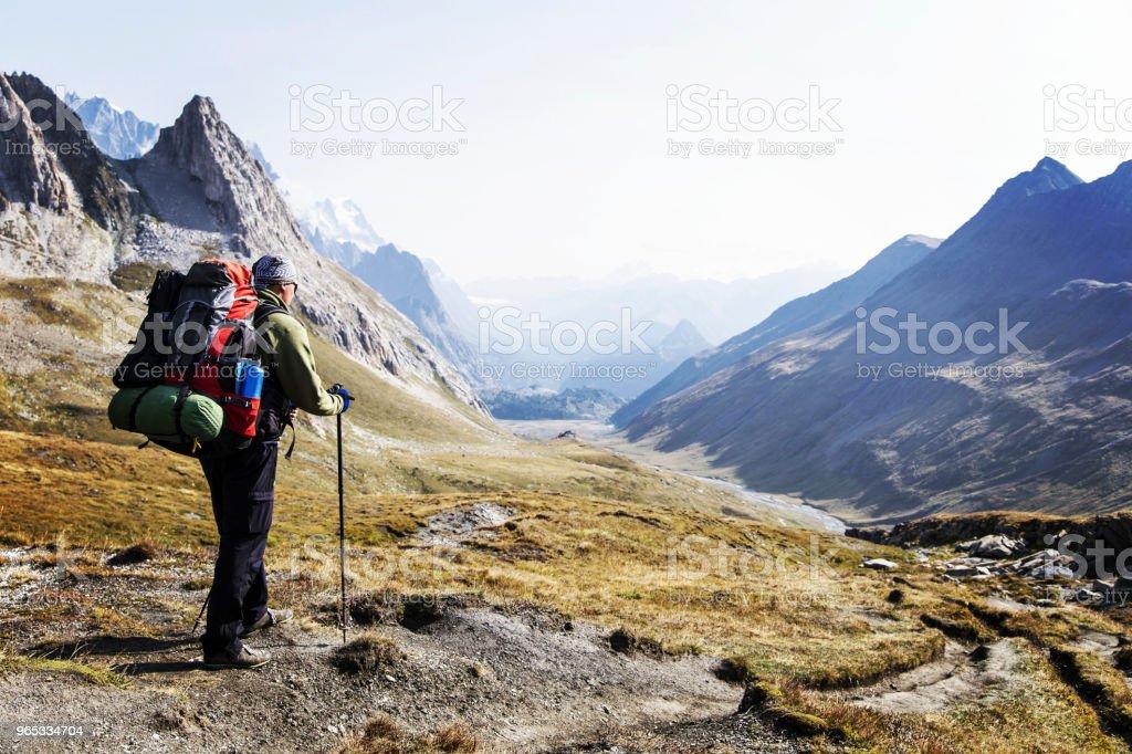 勃朗峰是一個獨特的徒步旅行約200km 左右勃朗峰, 可以完成在7和10天通過義大利, 瑞士和法國。 - 免版稅一個人圖庫照片