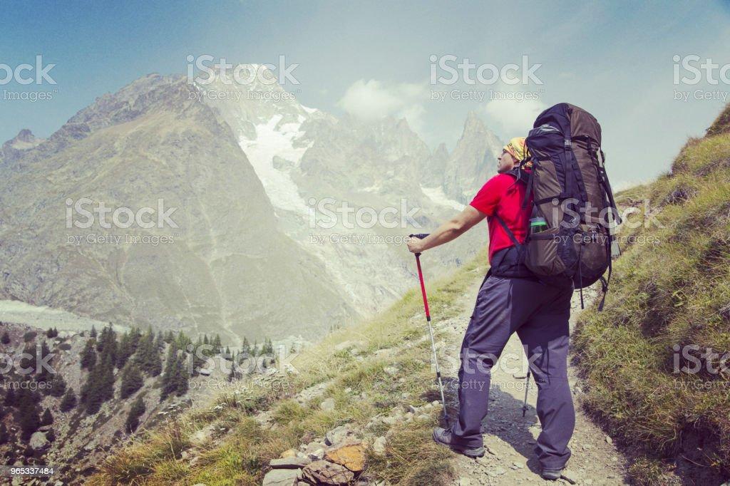 투어 드 몽블랑은 몽블랑 이탈리아, 스위스, 프랑스를 통과 하는 7 그리고 10 일 사이 완료할 수 있는 주위 약 200 킬로미터의 독특한 트랙. - 로열티 프리 걷기 스톡 사진