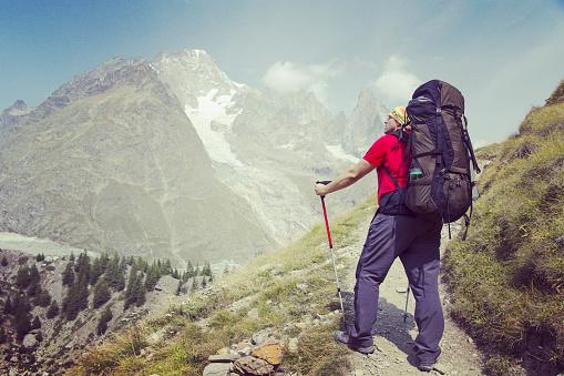 투어 드 몽블랑은 몽블랑 이탈리아 스위스 프랑스를 통과 하는 7 그리고 10 일 사이 완료할 수 있는 주위 약 200 킬로미터의 독특한 트랙 걷기에 대한 스톡 사진 및 기타 이미지