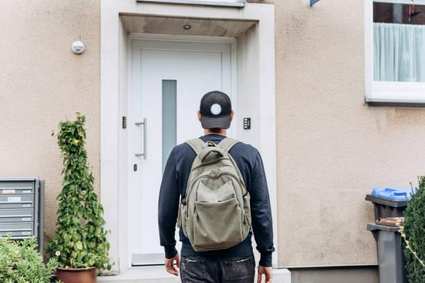 Der Tourist oder der Student mit dem Rucksack. – Foto