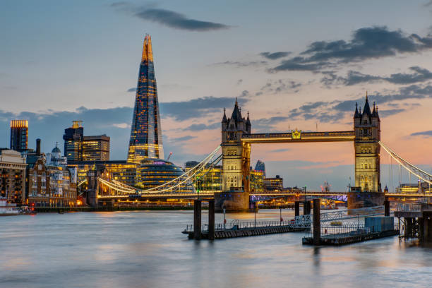 de tower bridge in londen na zonsondergang - shard london bridge stockfoto's en -beelden