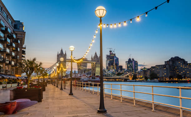 Die Tower Bridge in London in der Nacht leuchten – Foto
