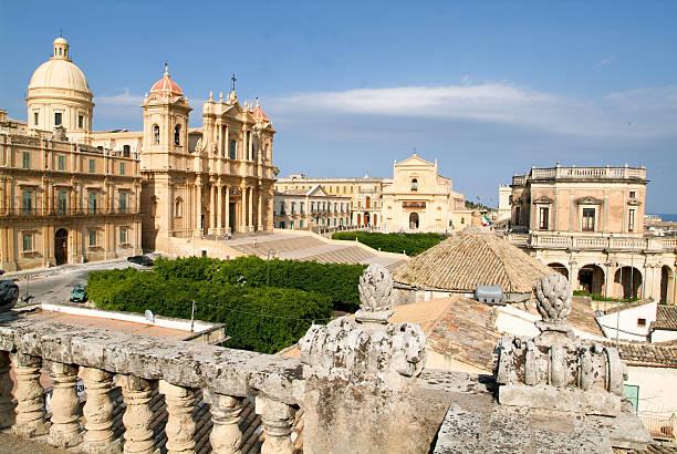 the town of noto on italy - noto sicilië stockfoto's en -beelden
