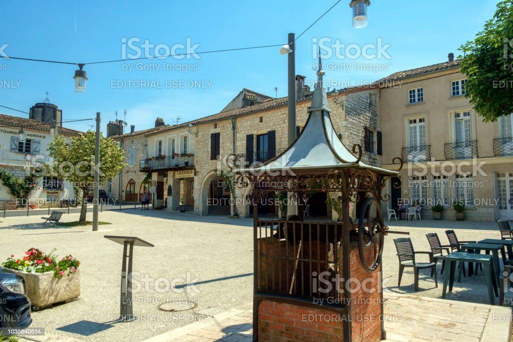 Der Altstädter Ring ist fast leer an einem sonnigen Sommernachmittag im malerischen Tournon d'Agenais - Lizenzfrei Alt Stock-Foto