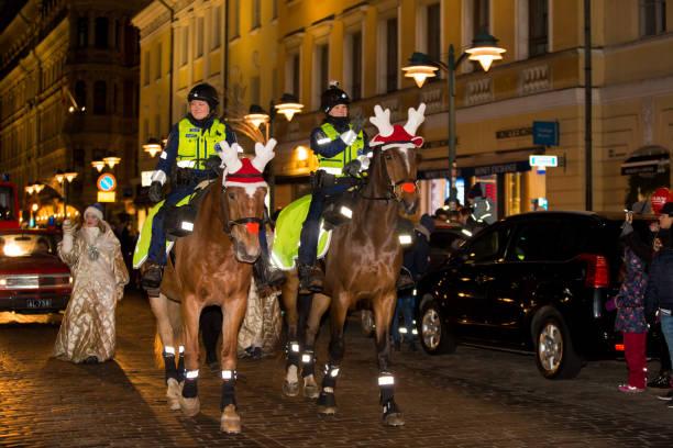 el tradicional desfile anual de santa claus en la inauguración de las fiestas de navidad. - feliz dia del policia fotografías e imágenes de stock
