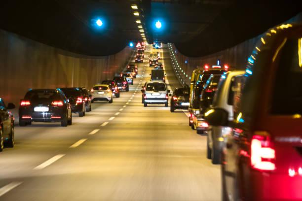 Der Verkehr ist Queing in den Elbtunnel der freien und Hansestadt Hamburg – Foto