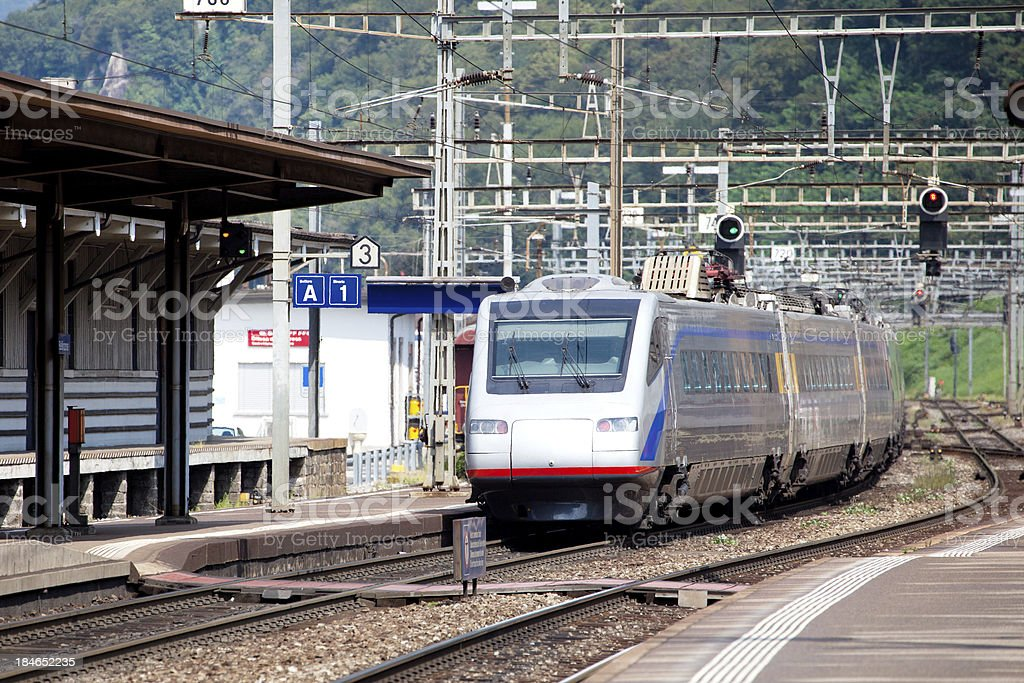 Der Zug fährt zum Bahnhof – Foto