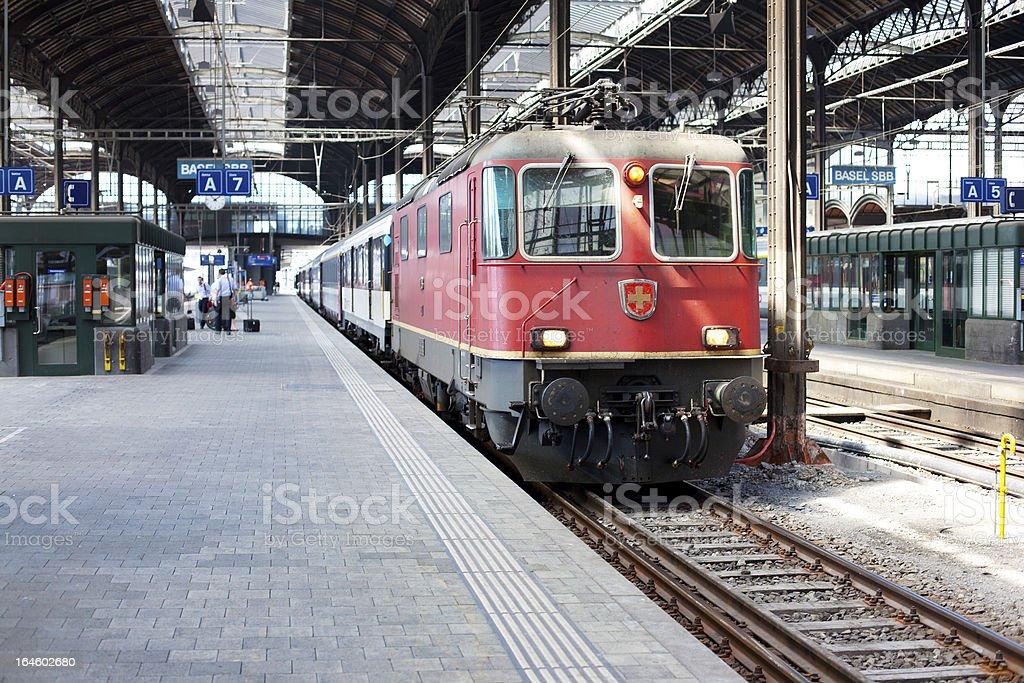 Der Zug auf Plattform – Foto