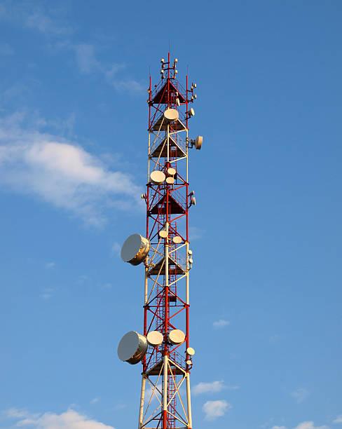 l'antenna trasmettitrice - emissione radio televisiva foto e immagini stock