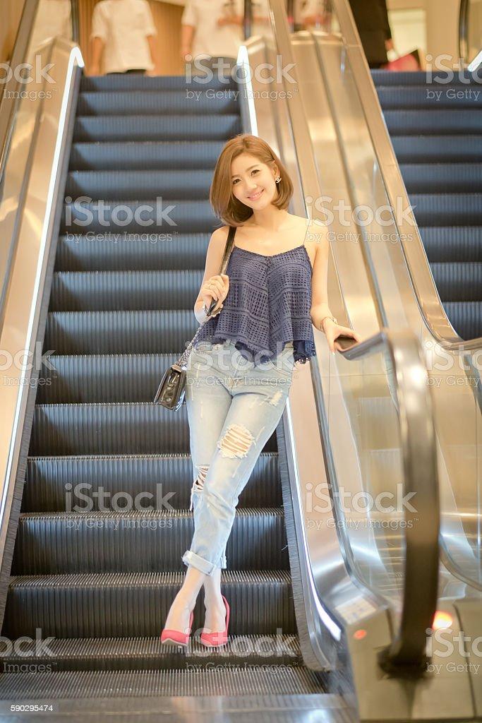 The Travel tourist woman And a down escalator royaltyfri bildbanksbilder