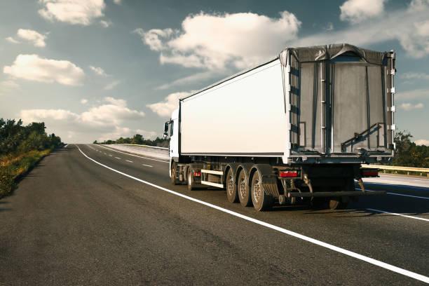 El camión va por la carretera. Concepto de transporte de carga. - foto de stock