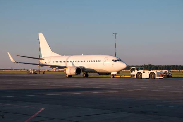Der LKW ist das Passagierflugzeug Abschleppen. – Foto