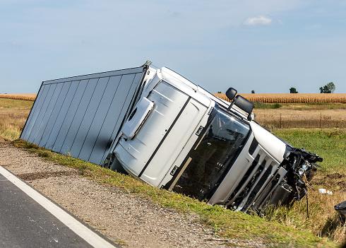 El Carro Se Encuentra En Una Zanja De Lado Después Del Accidente De Carretera Foto de stock y más banco de imágenes de Accidente de automóvil