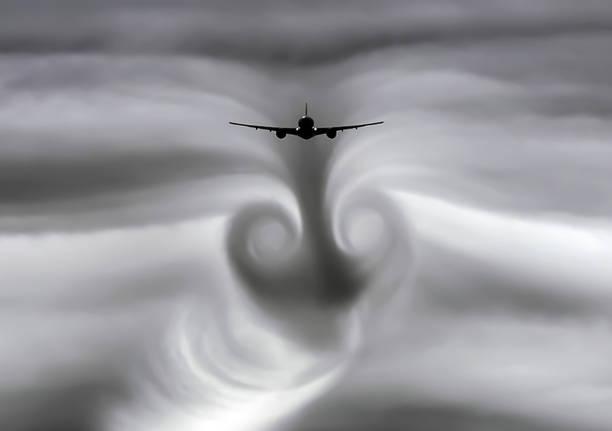 在飛機留下的雲層的湍流中 - 亂流 個照片及圖片檔