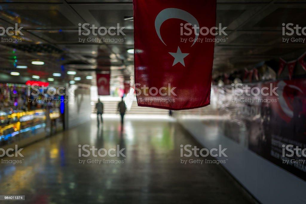Die türkische Fahne in Aunderground Durchgang in Istanbul, Türkei – Foto