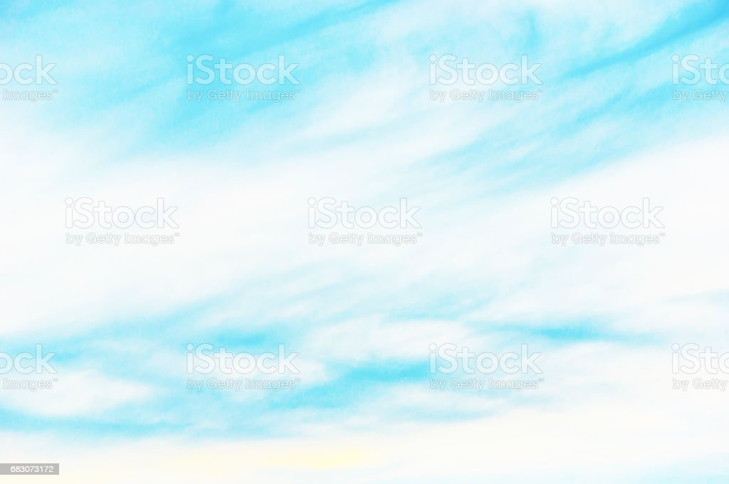 The turquoise sky with clouds. foto de stock royalty-free