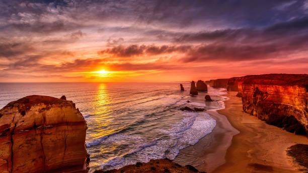 Die zwölf (12) Apostels, eine Felsformation an der Grand Ocean Road in New South Wales (NSW), Australien bei Sonnenuntergang im Sommer. – Foto