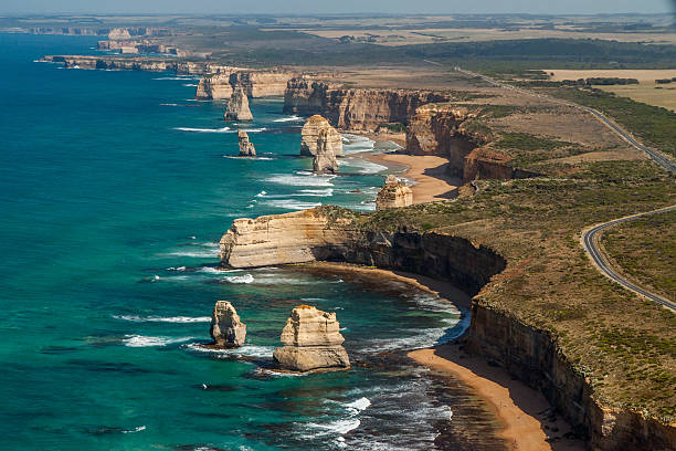 the Twelve Apostles-Bergkette und die Great Ocean Road aus der Luft – Foto