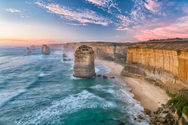 the twelve apostles-bergkette, die great ocean road, victoria, australien - afrikareise stock-fotos und bilder
