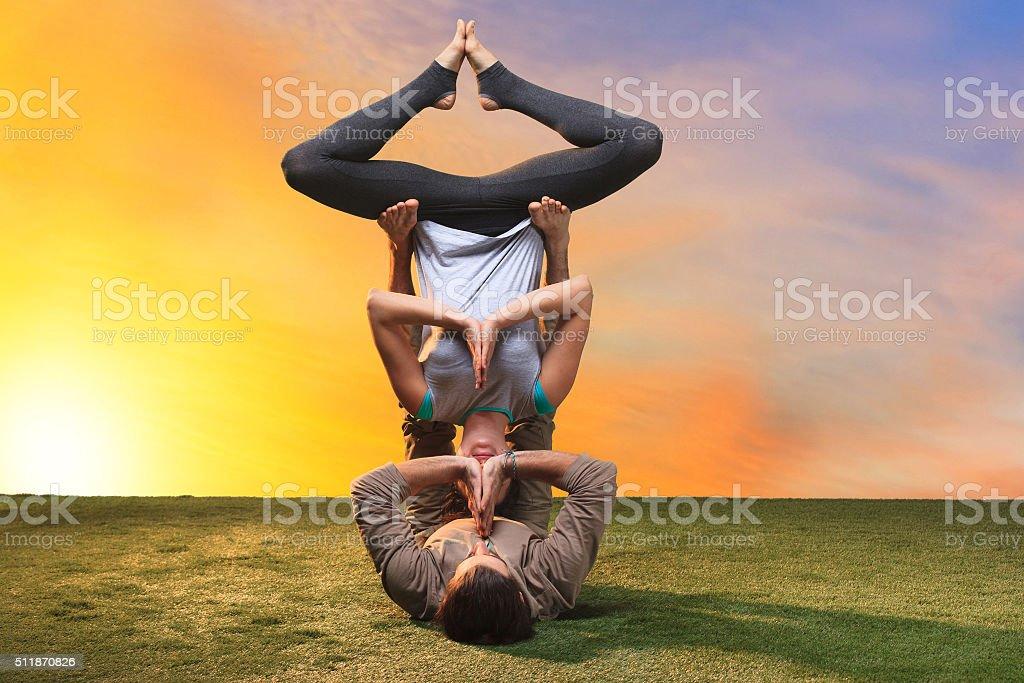 zwei personen tun yoga bungen stock fotografie und mehr. Black Bedroom Furniture Sets. Home Design Ideas