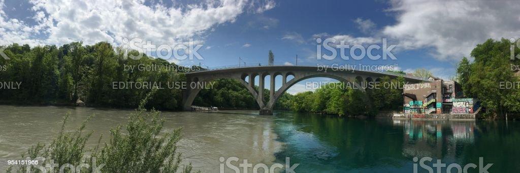 Die zwei Flüsse treffen an der Kreuzung – Foto