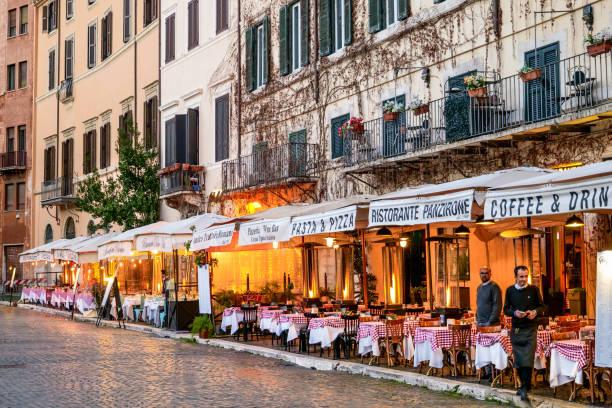 Les restaurants italiens typiques de la Piazza Navona à Rome semblent vides et sans touristes - Photo