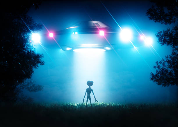 The ufo hovering over the alien visitor - foto de stock