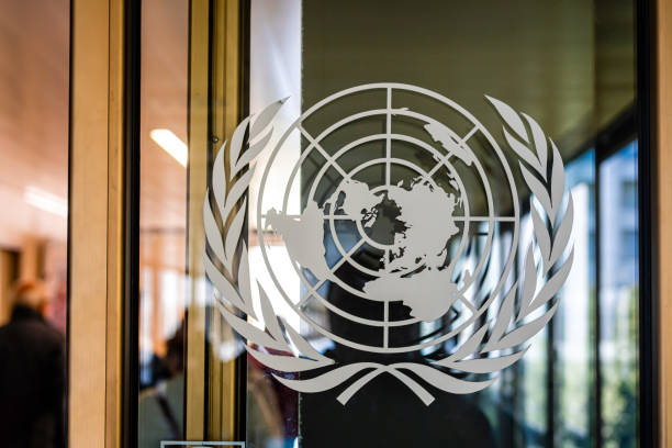 the united nations sign on the entrance door of the palace of the nations - united nations стоковые фото и изображения