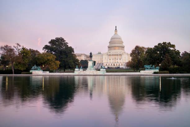 Los Unidos Estados Capitolio, visto desde la piscina de reflejo en el atardecer. - foto de stock