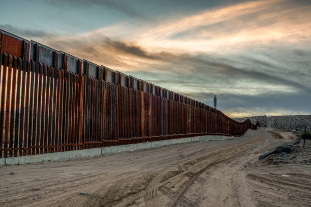 The United States Mexico International Border Wall between Sunland Park New Mexico and Puerto Anapra, Chihuahua Mexico The iconic and controversial iron border wall between the USA and Mexico department of homeland security stock pictures, royalty-free photos & images