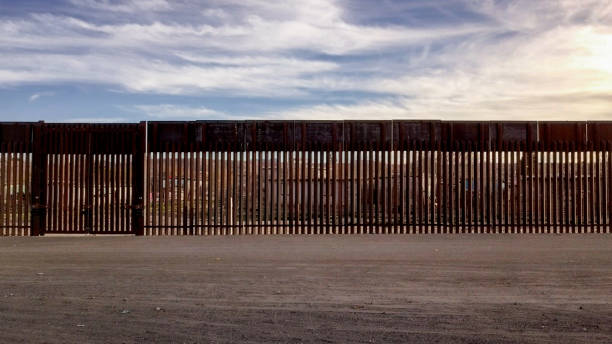 The United States Mexico International Border Wall between Sunland Park New Mexico and Puerto Anapra, Chihuahua Mexico The iconic and controversial iron border wall between the USA and Mexico international border barrier stock pictures, royalty-free photos & images