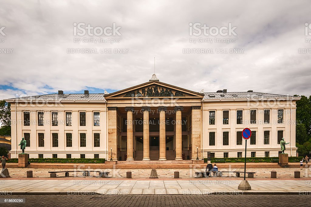 The University of Oslo (Universitetsplassen) - Foto de stock de 2016 libre de derechos