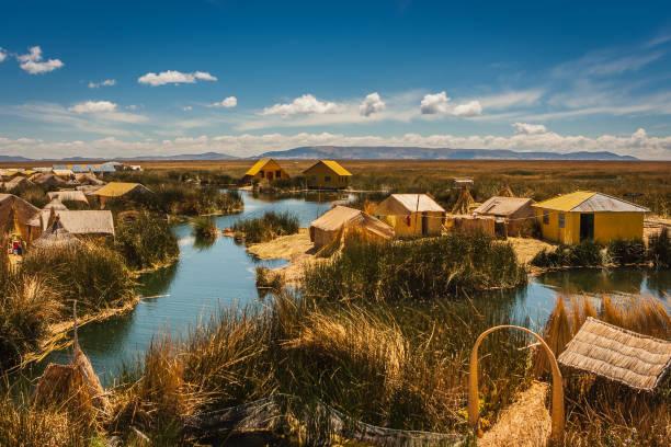 ペルーのチチカカ湖でボートからウロス島 - チチカカ湖 ストックフォトと画像