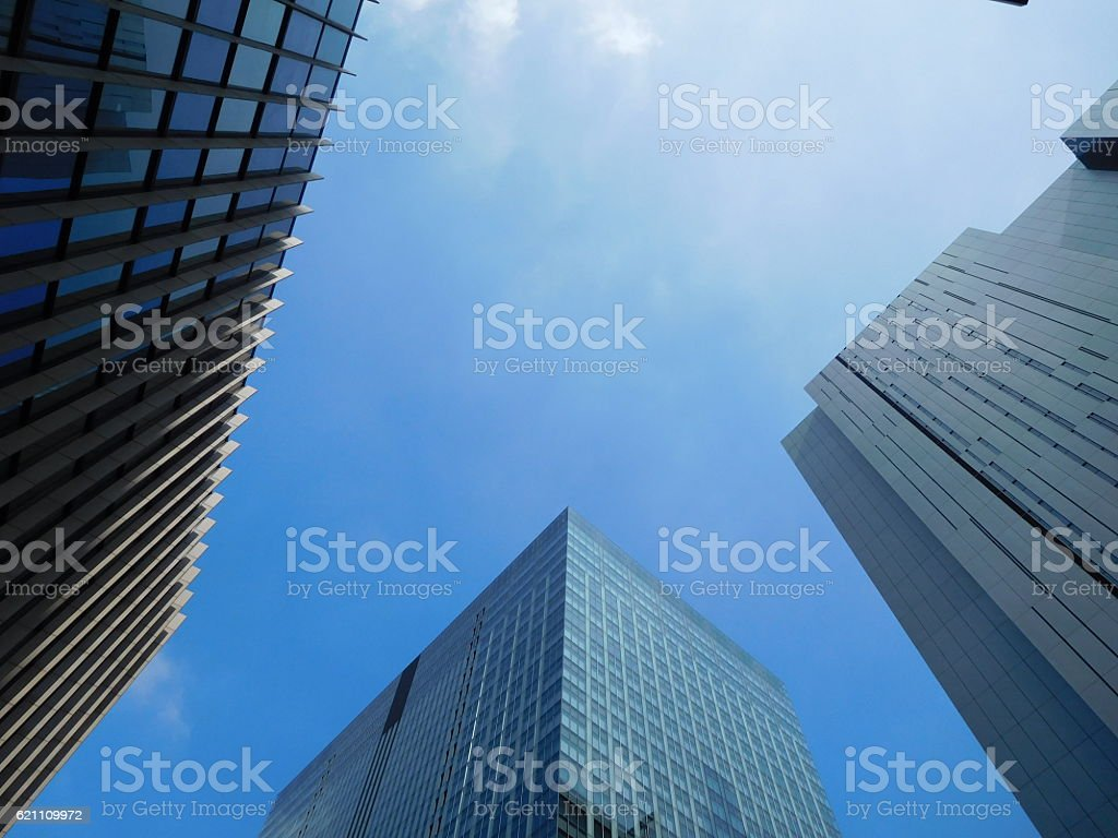 The valley of office buildings under the blue sky – Foto