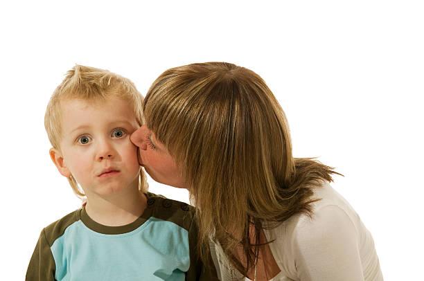 molto sorprendente bacio - kids kiss embarrassed foto e immagini stock